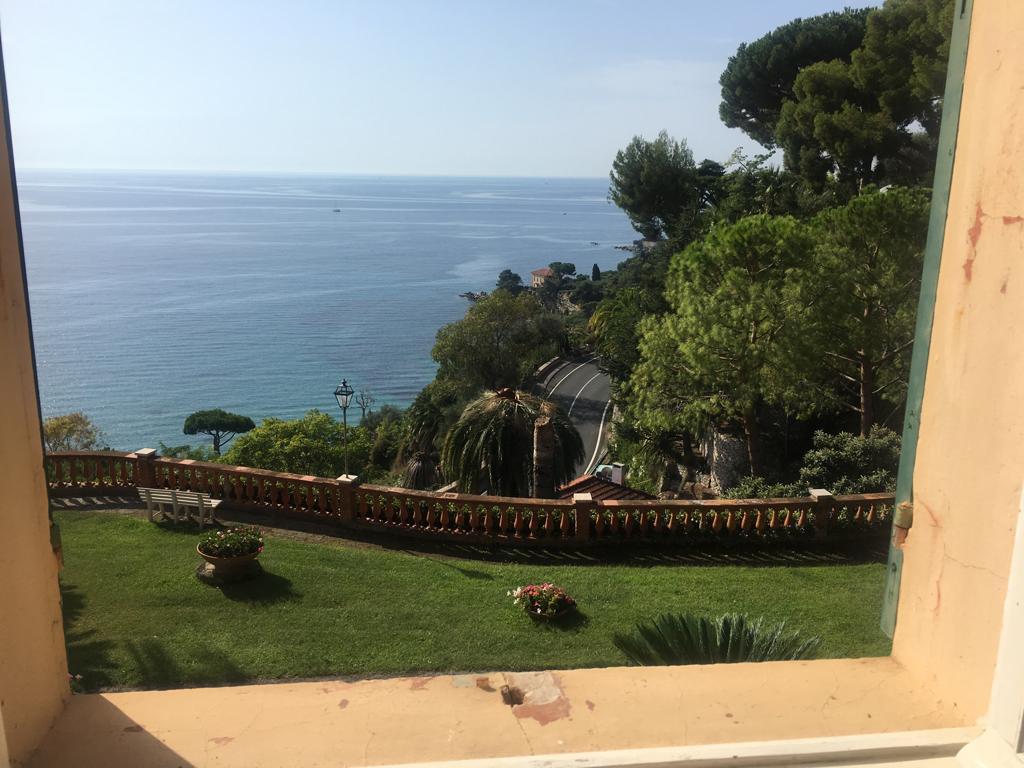 Ventimiglia, tra Latte e La Mortola in contesto signorile con parco privato e piscina